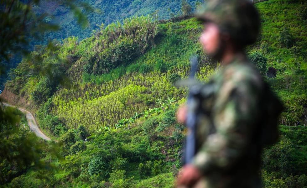 Hombre roba bajo la figura de soldado