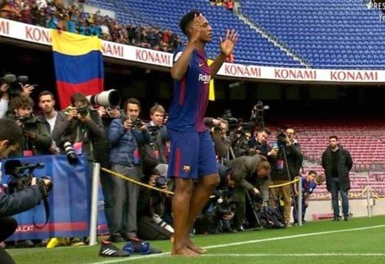 Yerry Mina cumple su ritual: pisó descalzo el césped del Camp Nou