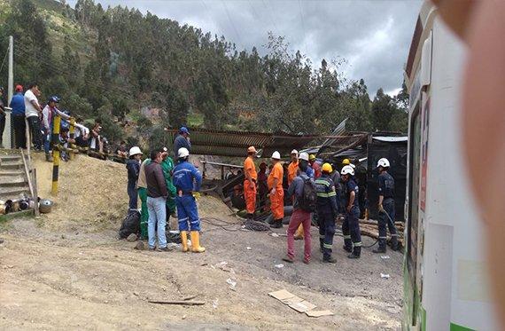 Nueve trabajadores atrapados por explosión en mina de Colombia