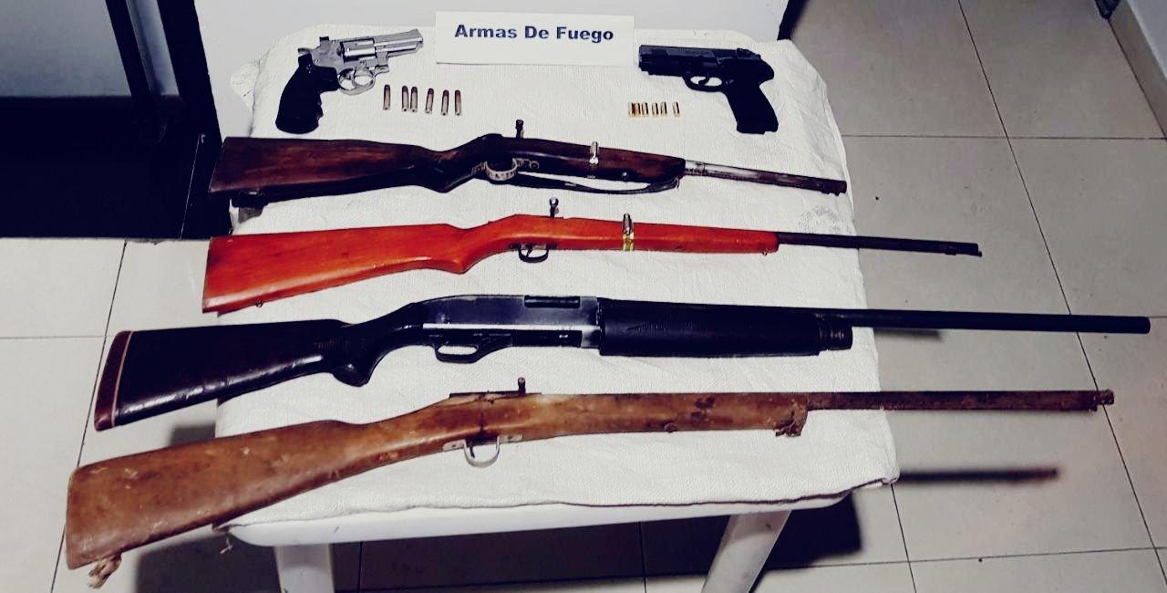 Armas sobre mesa