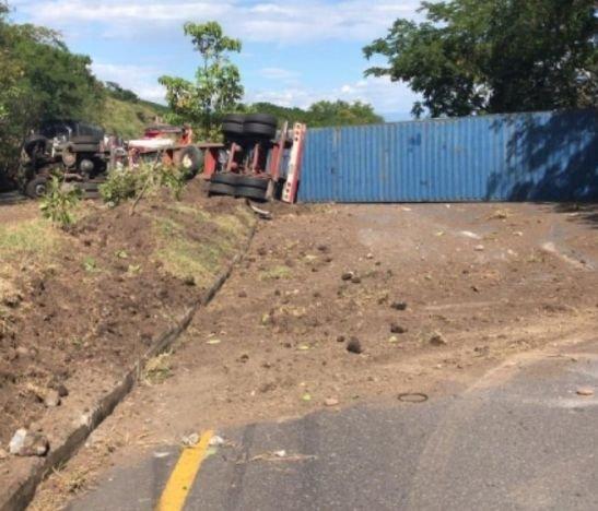 Conductor de un tracto camión sufrió un aparatoso accidente en la variante de Chicoral