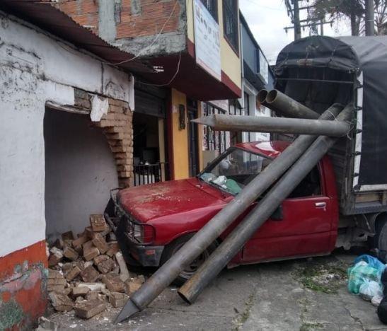 Camioneta al parecer se quedó sin frenos y terminó contra una casa
