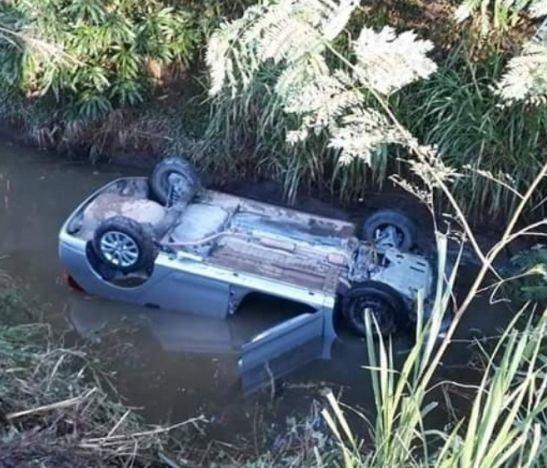 Automóvil terminó volcado en un canal de riego entre Guamo y Espinal