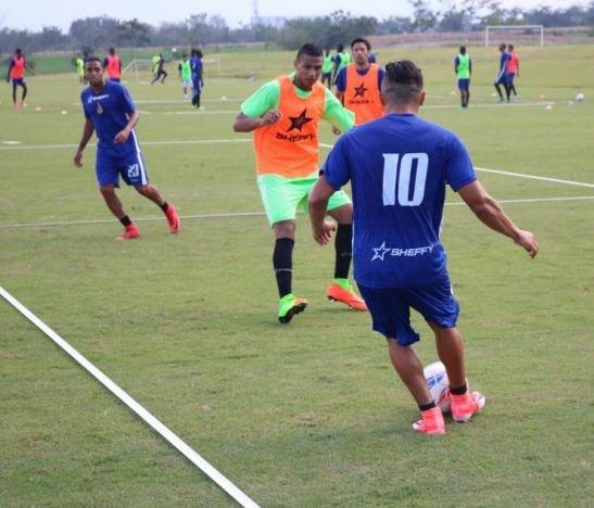 Alberto Gamero trabajó con dos delanteros en el entrenamiento de hoy
