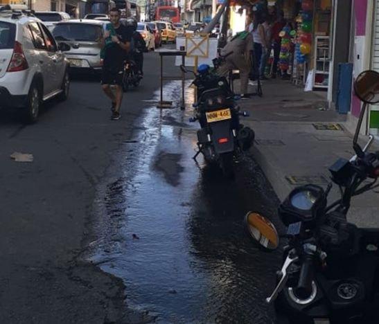 Comerciantes de la calle 16 denuncian más de un mes de desperdicio de agua