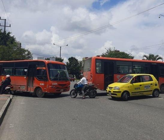 Conductores de buseta bloquean vías en diferentes sectores de la ciudad
