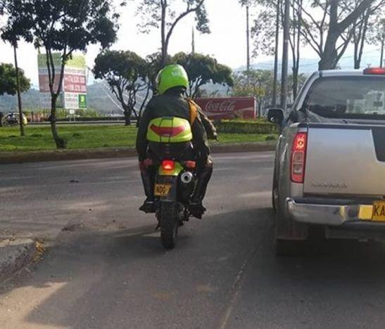 En evidencia quedó una motocicleta de la Policía que transitaba con media placa
