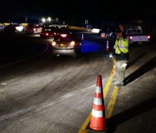 Volcamiento de un camión obligó al cierre de la vía que conduce del peaje hacia Gualanday