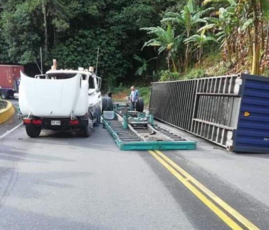 Accidente de una tracto mula generó el cierre total de la vía Ibagué - Alto de la Línea
