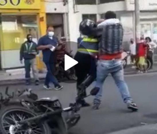 Viral. A los puños se fueron un motociclista y un agente de tránsito en Ibagué
