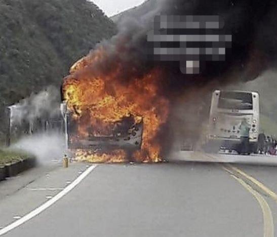 Vehículo de servicio público se incendió en la vía Fresno - Manizales