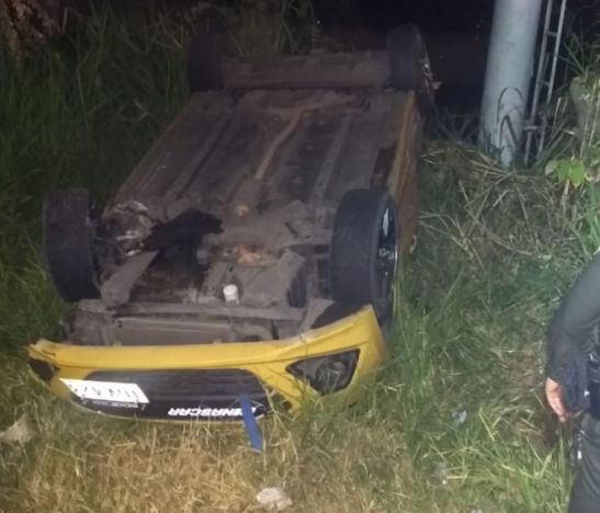 Taxista se volcó esta madrugada en Ibagué