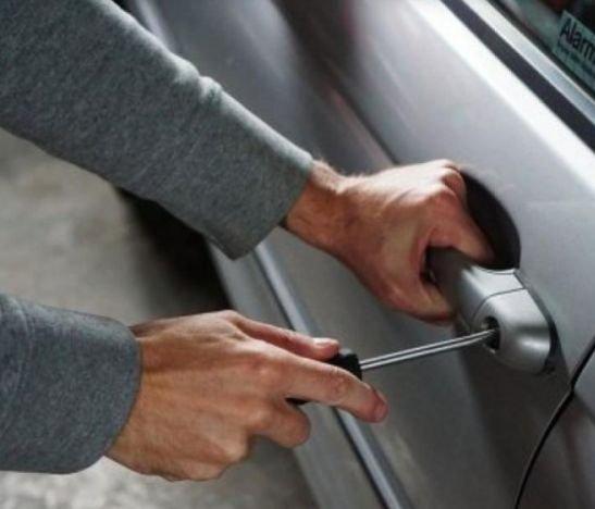 Delincuente experto en abrir carros se llevó 15 millones de pesos