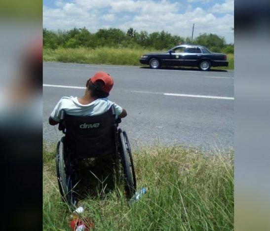 Viral. Abuelo en silla de ruedas fue abandonado en una carretera y murió deshidratado