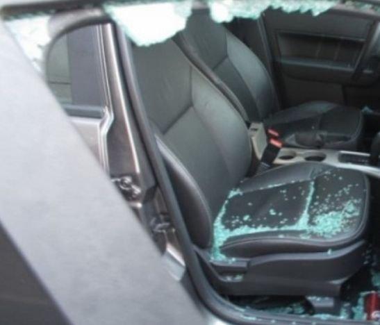 Delincuentes le rompieron el vidrio del carro a un ciudadano mientras compraba dos hamburguesas