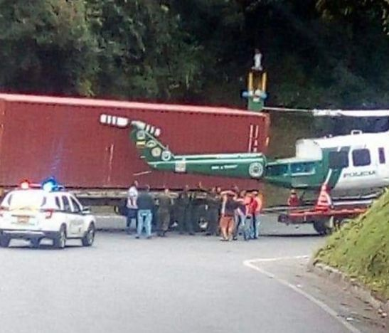 Vehículo de carga pesada se estrelló contra un helicóptero