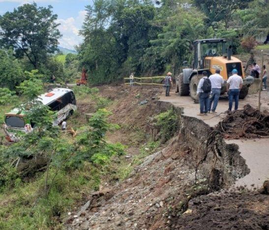 Pérdida de banca parcial en la vía Ataco-Planadas ocasionó accidente de bus intermunicipal