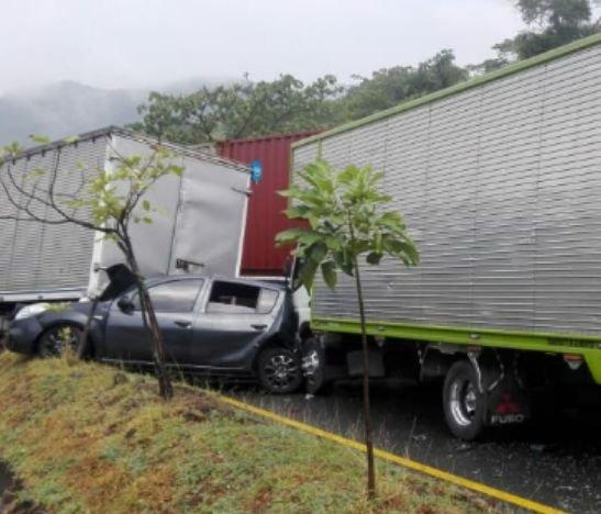 Aparatoso accidente de tránsito está mañana involucró seis vehículos y dejó cuatro heridos