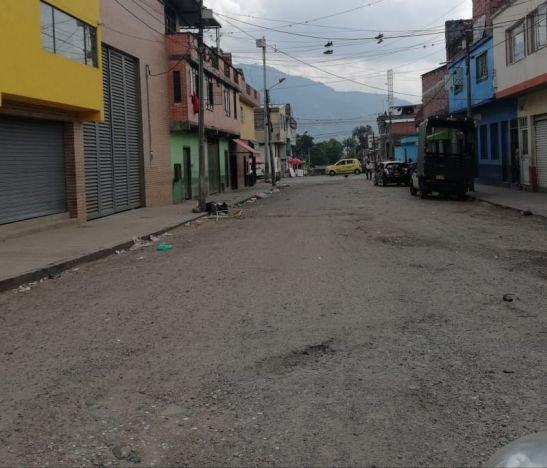 La calle 22 entre carreras Cuarta y Quinta de Ibagué, llena de huecos e invadida de viciosos e inseguridad