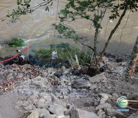 Camión de cerveza se fue al río Atá en la vía Planadas - Ataco