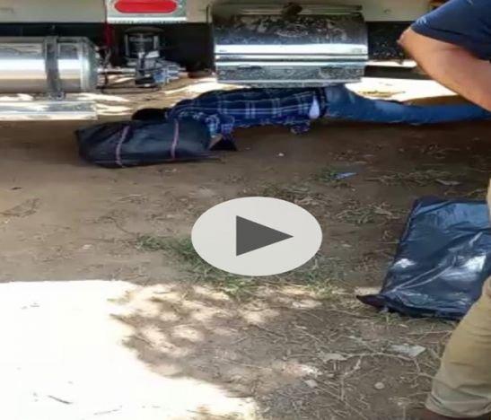 ¡Insólito! Campesinos pasan productos por debajo de los carros en el sector del Totumo