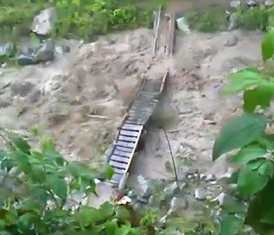 Las fuertes lluvias arrasaron con el puente peatonal en tablas construido por la comunidad de Rioblanco