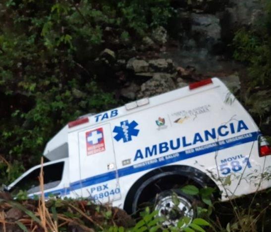 Cinco lesionados dejó el volcamiento de una ambulancia esta mañana