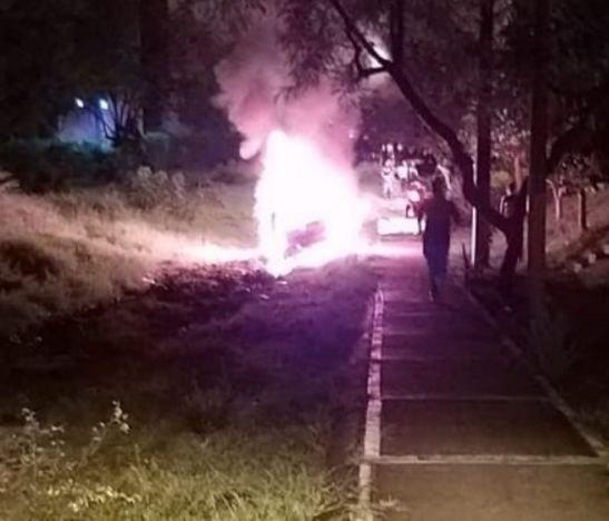 Comunidad quemó el carro de un hombre que arrolló a una joven y no la auxilió