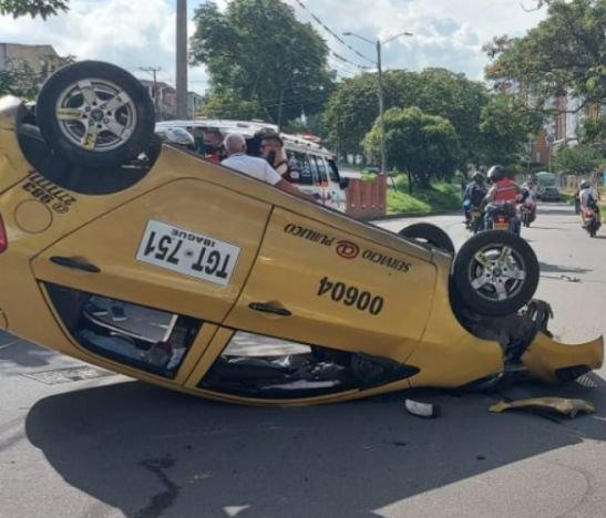 Taxi se volcó esta tarde en la avenida Ambalá