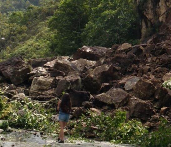 Derrumbe sepultó tres casas entre Cajamarca y Anaime