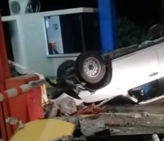 Camioneta se volcó tras estrellarse contra un peaje del norte del Tolima