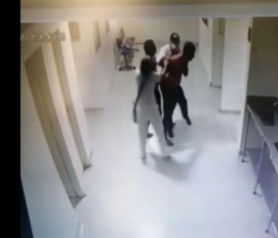 En video quedó la agresión a un médico y al vigilante del hospital de Mariquita