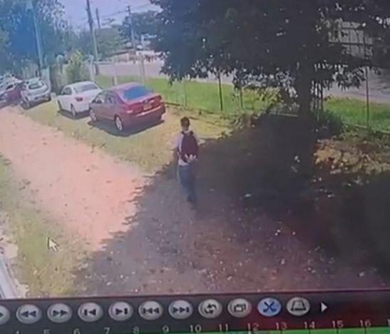 Delincuente rompió el vidrio de la ventana de un vehículo y se llevó un bolso