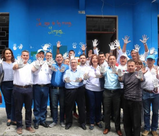 Leonidas López plasmó sus manos limpias en su sede política