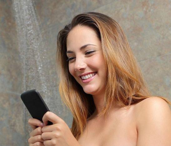 Mujer con celular en baño 30 Julio 2017