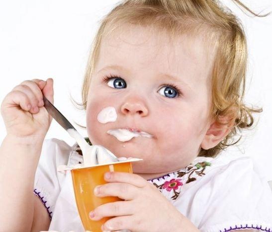 Niña Tomando Yogurt