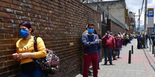 Gente en la calle con tapabocas