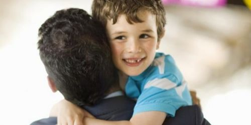 Abrazo a niño